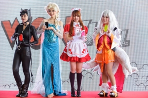 Cosplayers posing with the U9J1 phones. Each cosplayer resonates with the phone's theme and colour.